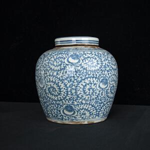 V1914 清《旧藏青花缠枝花盖罐》此盖罐器型规整,色泽均匀,包浆丰润,保存完整,年代感十足,本公司初步定代为清,收藏价值极高。