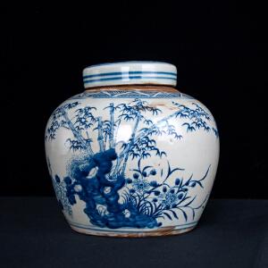 V1916 清《旧藏青花三友图盖罐》此盖罐器型规整,色泽艳丽,图案寓意美好,包浆丰润,保存完整,年代感十足,本公司初步定代为清,收藏价值极高。