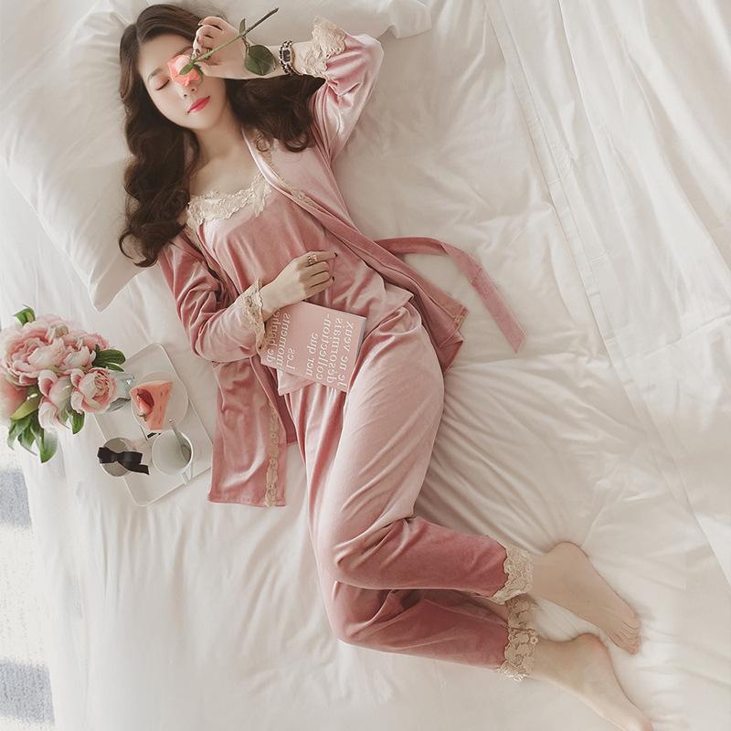 珊瑚绒睡衣女冬性感睡裙蕾丝女士家居服韩版春秋睡袍金丝绒三件套 发货周期:一般在付款后2-90天左右发货,具体发货时间请以与客服协商的时间为准