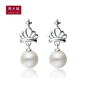 周大福 闪耀皇冠925银珍珠耳环AQ32899>>定价