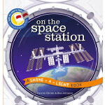 On the Space Station 英文原版 探秘宇宙空间站 小达尔文大发现系列 光影魔术书