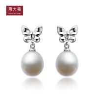 周大福 蝴蝶结925银镶珍珠耳环AQ32612>>定价