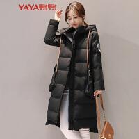鸭鸭(YAYA)2018秋冬新款女装韩版时尚臂章外套 连帽中长款羽绒服B-57693