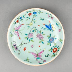 V338  清《旧藏青釉粉彩花蝶纹盘》北京文物公司旧藏,粉彩为饰,器身绘制图案吉祥,胎厚釉肥,古意盎然,盘底有裂痕。