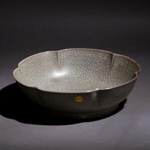 V2197 清《旧藏哥窑花口碗》此碗器型别致,开片均匀美观,包浆丰润,保存完整。本公司初步定代为清仿明,收藏价值较高,不懂者请慎入手。