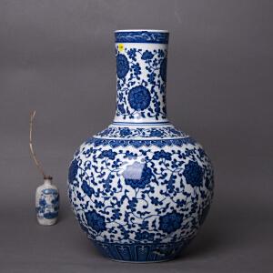 V2165 清《旧藏青花缠枝莲纹天球瓶》此天球瓶器规整,色彩艳丽,局部缺釉,保存完整,底款为:大清乾隆年制。本公司初步定代为清,收藏价值极高,完美主义者请慎入手