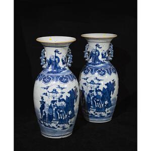 V1120 清《旧藏青花人物故事双耳对瓶》此对青花赏瓶纹案清晰,色泽艳丽,人物栩栩如生,包浆丰润,器型别致规整,保存完整。