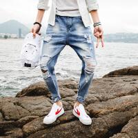 新款2018男士裤子夏季新品破洞牛仔裤男天蓝色潮款乞丐裤港风潮流