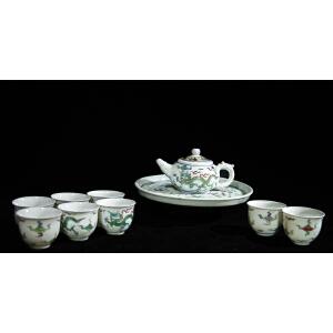 V1107 清《旧藏粉彩云龙纹茶具一套》此套茶壶色泽艳丽,图案清晰生动,包浆丰润,器型规整,保存完整,实为不可多得之藏品。