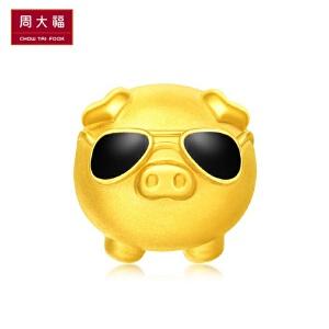 「新品」周大福潮萌墨镜猪生肖猪转运珠足金黄金吊坠R22257