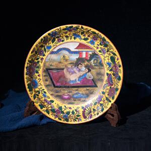 V1431 清《旧藏粉彩春宫图赏盘》此盘赏盘图案色泽艳丽,包浆丰润,保存完整,底款:大清雍正年制。