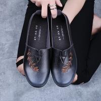 春季老北京布鞋女妈妈中老年单鞋平跟奶奶老太太软底防滑老人皮鞋