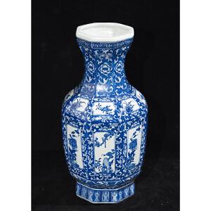 V1127 清《旧藏青花花鸟纹八棱瓶》此青花赏瓶纹案清晰,色泽艳丽,包浆丰润,器型别致规整,底款:大清乾隆年制。保存完整。