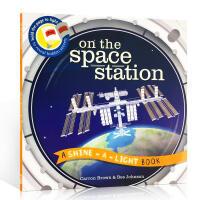 英文原版 On the Space Station 光影魔术:探秘宇宙空间站 小达尔文大发现系列 STEAM STEM