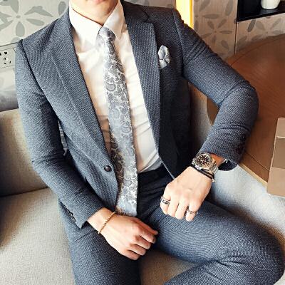 商务成熟青年男士小西装英伦绅士细格子纹韩版修身西服套装两件套 发货周期:一般在付款后2-90天左右发货,具体发货时间请以与客服协商的时间为准