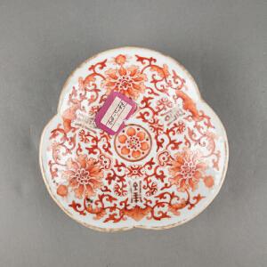 V341 清《旧藏矾红彩福寿花卉高足盘》北京文物公司旧藏,矾红彩绘制花纹精美绝伦,胎厚釉肥,包浆温润,古意盎然