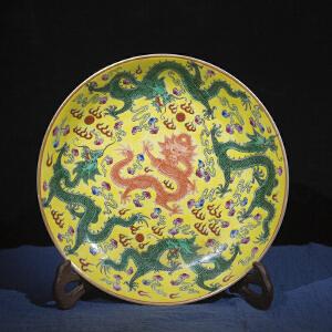 V1095 清《旧藏黄地粉彩五龙纹赏盘》此盘器型规整,色彩艳丽,包浆丰润,极少部位有开片现象,保存完整,底款为:雍正御制。