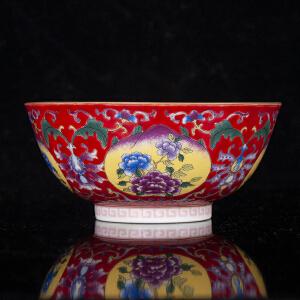 V1358 清《旧藏红地粉彩富贵多寿纹碗》北京文物公司旧藏。此碗器型规整,色彩艳丽,图案寓意美好,包浆丰润,保存完整,底款为:雍正御制。本公司初步定代为清,收藏价值极高。