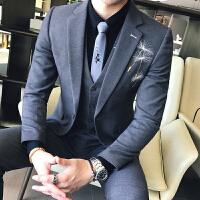 新品18秋冬男士韩版修身绣花西服套装潮流青年免烫结婚休闲三件套
