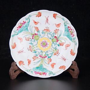 V1441 清《旧藏粉彩福寿花卉花口赏盘》此赏盘器型别致,色彩艳丽,图案清晰,图案寓意美好吉祥,包浆丰润,保存完整。底款:大清光绪年制。